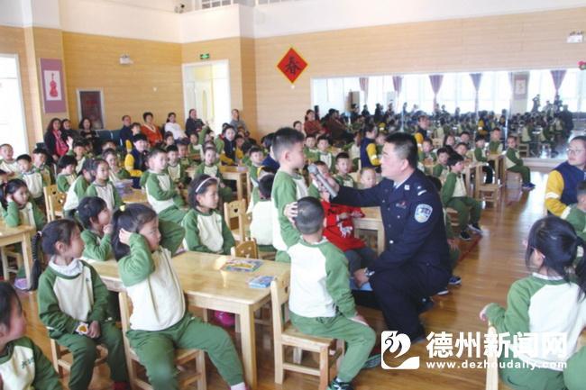 平原交警为师生和家长开展交通安全宣传教育课