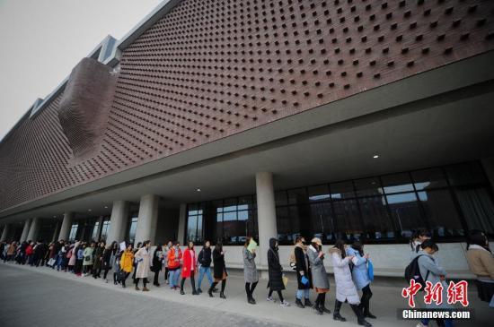 资料图:大学生参加应聘会。<a target='_blank' href='http://www.chinanews.com/' rel=